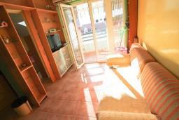 Гостиная. Черногория, Дженовичи : Апартамент с отдельной спальней, с балконом и видом на море