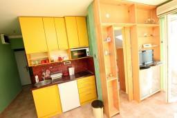 Кухня. Черногория, Дженовичи : Апартамент с отдельной спальней, с балконом и видом на море
