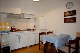 Кухня. Черногория, Будва : Студия с террасой в 300 метрах от моря
