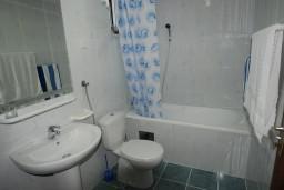 Ванная комната. Черногория, Будва : Студия с террасой в 300 метрах от моря