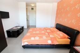 Студия (гостиная+кухня). Черногория, Игало : Современная студия в самом центре Игало, с балконом с видом на море