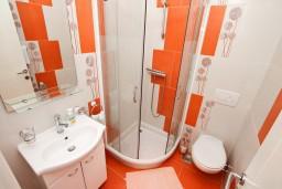 Ванная комната. Черногория, Игало : Современная студия в самом центре Игало, с балконом с видом на море