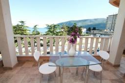 Вид на море. Черногория, Игало : Современная студия в самом центре Игало, с балконом с видом на море