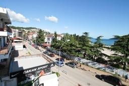 Вид. Черногория, Игало : Современная студия в самом центре Игало, с балконом с видом на море