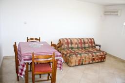 Обеденная зона. Черногория, Будва : Апартамент с отдельной спальней, с балконом с видом на море