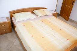 Спальня. Черногория, Будва : Апартамент с отдельной спальней, с балконом с видом на море