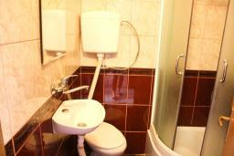 Ванная комната. Черногория, Будва : Студия в Будве в 600 метрах от моря