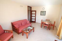 Гостиная. Черногория, Будва : Апартамент с отдельной спальней, с балконом с видом на море