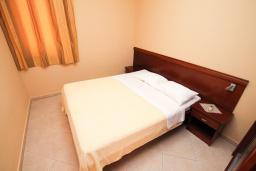 Спальня. Черногория, Будва : Апартамент для 2-4 человек, с отдельной спальней, с балконом с видом на море