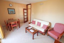 Гостиная. Черногория, Будва : Апартамент для 2-4 человек, с отдельной спальней, с балконом с видом на море