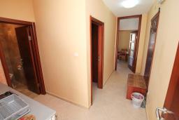 Кухня. Черногория, Будва : Апартамент для 2-4 человек, с отдельной спальней, с балконом с видом на море