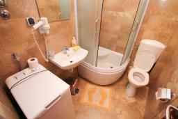 Ванная комната. Черногория, Будва : Апартамент для 2-4 человек, с отдельной спальней, с балконом с видом на море