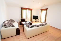 Гостиная. Черногория, Будва : Апартамент для 6-7 человек, 2 отдельные спальни, с балконом с видом на море