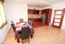 Кухня. Черногория, Будва : Апартамент для 6-7 человек, 2 отдельные спальни, с балконом с видом на море