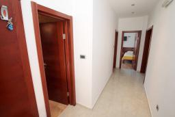 Коридор. Черногория, Будва : Апартамент для 6-7 человек, 2 отдельные спальни, с балконом с видом на море