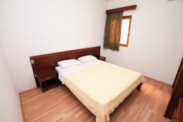 Спальня. Черногория, Будва : Апартамент для 6-7 человек, 2 отдельные спальни, с балконом с видом на море