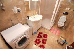 Ванная комната. Черногория, Будва : Апартамент для 6-7 человек, 2 отдельные спальни, с балконом с видом на море