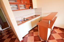 Кухня. Черногория, Будва : Апартамент с отдельной спальней, с балконом с видом на море