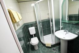 Ванная комната. Черногория, Будва : Апартамент с отдельной спальней, с балконом с видом на море