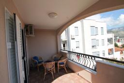 Балкон. Черногория, Будва : Апартамент с отдельной спальней, с балконом с видом на море