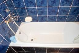 Ванная комната. Черногория, Будва : Студия с террасой в 500 метрах от моря