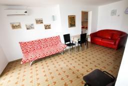 Гостиная. Черногория, Крашичи : Апартамент для 4-6 человек, 2 отдельные спальни, с большой террасой с шикарным видом на море, 10 метров до пляжа
