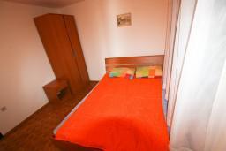 Спальня. Черногория, Крашичи : Апартамент для 4-6 человек, 2 отдельные спальни, с большой террасой с шикарным видом на море, 10 метров до пляжа