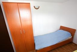 Спальня 2. Черногория, Крашичи : Апартамент для 4-6 человек, 2 отдельные спальни, с большой террасой с шикарным видом на море, 10 метров до пляжа