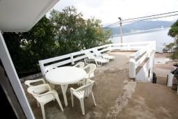 Терраса. Черногория, Крашичи : Апартамент для 4-6 человек, 2 отдельные спальни, с большой террасой с шикарным видом на море, 10 метров до пляжа