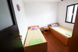 Спальня. Черногория, Крашичи : Апартамент для 4-6 человек, 2 отдельные спальни, с террасой с шикарным видом на море, 10 метров до пляжа