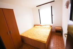 Спальня 2. Черногория, Крашичи : Апартамент для 4-6 человек, 2 отдельные спальни, с террасой с шикарным видом на море, 10 метров до пляжа