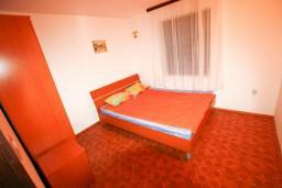 Спальня. Черногория, Крашичи : Дом с 4-мя спальнями, 2 ванные, гостиная с кухней, большая терраса с лежаками с шикарным видом на залив в 10 метрах от моря