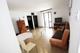 Гостиная. Черногория, Крашичи : Дом с 4-мя спальнями, 2 ванные, гостиная с кухней, большая терраса с лежаками с шикарным видом на залив в 10 метрах от моря