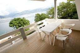 Балкон. Черногория, Крашичи : Дом с 4-мя спальнями, 2 ванные, гостиная с кухней, большая терраса с лежаками с шикарным видом на залив в 10 метрах от моря