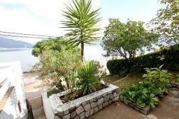 Вид. Черногория, Крашичи : Дом с 4-мя спальнями, 2 ванные, гостиная с кухней, большая терраса с лежаками с шикарным видом на залив в 10 метрах от моря