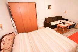 Спальня. Черногория, Крашичи : 2-х этажная вилла с 2-мя спальнями с ванными комнатами, с большой террасой с видом на залив, на самом берегу моря