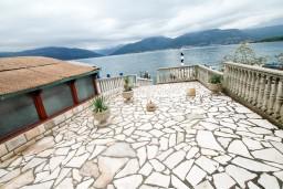 Вид на море. Черногория, Крашичи : 2-х этажная вилла с 2-мя спальнями с ванными комнатами, с большой террасой с видом на залив, на самом берегу моря