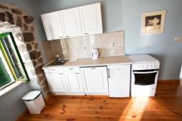 Кухня. Черногория, Росе : Просторный апартамент для 4 человек, две отдельные спальни, с террасой с видом на море