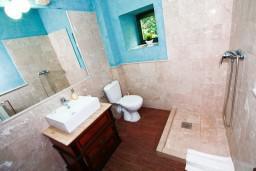 Ванная комната. Черногория, Росе : Просторный апартамент для 4 человек, две отдельные спальни, с террасой с видом на море