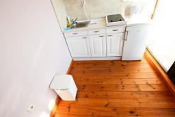 Кухня. Черногория, Росе : Просторный апартамент для 2 человек, с отдельной спальней, с балконом с видом на море