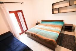 Спальня. Черногория, Крашичи : Два этажа виллы, 5 отдельных спален, 2 ванные комнаты, два больших балкона с шикарным видом на море, 50 метров до пляжа.