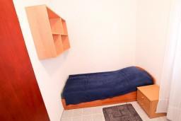 Спальня 3. Черногория, Крашичи : Два этажа виллы, 5 отдельных спален, 2 ванные комнаты, два больших балкона с шикарным видом на море, 50 метров до пляжа.