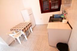 Кухня. Черногория, Крашичи : Два этажа виллы, 5 отдельных спален, 2 ванные комнаты, два больших балкона с шикарным видом на море, 50 метров до пляжа.