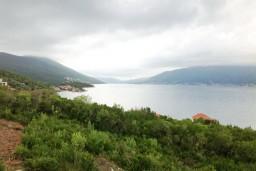 Вид на море. Черногория, Крашичи : Два этажа виллы, 5 отдельных спален, 2 ванные комнаты, два больших балкона с шикарным видом на море, 50 метров до пляжа.