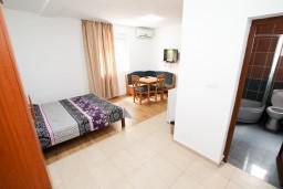 Студия (гостиная+кухня). Черногория, Жанице / Мириште : Уютная студия в Жанице в 200 метрах от моря