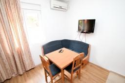 Обеденная зона. Черногория, Жанице / Мириште : Уютная студия в Жанице в 200 метрах от моря