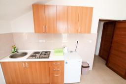 Кухня. Черногория, Жанице / Мириште : Апартамент с отдельной спальней, с балконом с видом на море