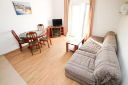 Гостиная. Черногория, Жанице / Мириште : Апартамент с отдельной спальней, с балконом с видом на море