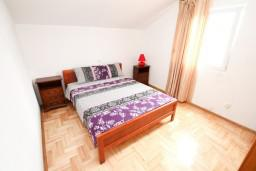 Спальня. Черногория, Жанице / Мириште : Апартамент с отдельной спальней, с балконом с видом на море