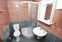 Ванная комната. Черногория, Жанице / Мириште : Студия с балконом с видом на море